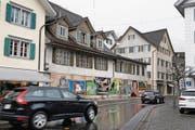 Um diese beiden Häuser am Stanser Dorfplatz (vorne mit Schaltafeln abgedeckt) geht es. (Bild: Corinne Glanzmann (Stans, 7. März 2017))