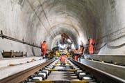 Bauarbeiter richten im Gotthard-Basis-Tunnel die Schienen, bevor sie mit Betonieren beginnen können. (Bild: Keystone/Christian Beutler)
