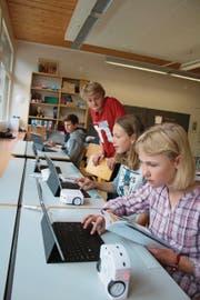 Robotikprojekt in der Klasse 6c Lungern: Jeremias Bucher (stehend im roten Shirt) gibt den Schülern wertvolle Tipps. (Bild: Marion Wannemacher (Lungern, 27. September 2017))