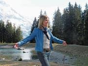 Sabine Dahinden geniesst die Erholung am Bergsee nach der Wanderung auf das Arni. (Bild: Robert Kuster (Arni, 14. April 2017))