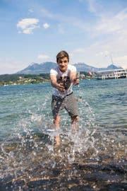 Luca Pfyffer (19) am letzten Sonntag im kalten Vierwaldstättersee in Luzern: Im Alltag arbeitet der Krienser resolut auf ein grosses Ziel hin. (Bild Roger Grütter)