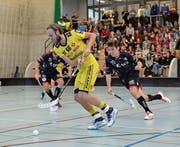 Sarnens Stürmer Cornel von Wyl (rechts) verfolgt Rychenbergs ballführenden Schweden Rasmus Sundstedt. (Bild: Simon Abächerli (Winterthur, 19. November 2017))