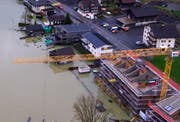 Wassereinbruch auf einer Baustelle an der Seestrasse in Lauerz. (Bild: helinews.ch)