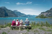 Einfach nur den Moment geniessen: Wanderer mit Demenz gönnen sich am Urnersee eine kleine Pause. (Bild: Roger Grütter (Flüelen, 5. Juli 2017))