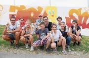 Lehrer Stefan Möckli mit den Schülern vor der bemalten Steinibachmauer. (Bild: PD)