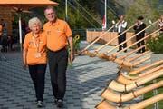 Inge und Theo Breisacher umrahmt von 18 Alphornbläsern bei der Eröffnung des neuen Restaurants Turren. (Bild: Robert Hess)