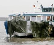 Das am späten Dienstagabend verunglückte und stark beschädigte Passagierschiff ist im Hafen in Duisburg (Nordrhein-Westfalen) an seinem Schwesterschiff festgemacht worden. (Bild: Roland Weihrauch/DPA)