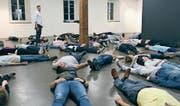 Sie liegen ihm zu Füssen: die Theatergruppe Eigägwächs mit dem Regisseur Rolf Sommer. (Bild: Paul Gwerder (Altdorf, 14. März 2017))