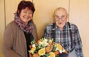 Gemeindepräsidentin Pia Tresch gratuliert Robert Schmid zum 100. Geburtstag. (Bild: gw (Erstfeld, 5. 2. 18))