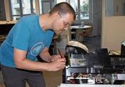 Philipp Hiltbrunner repariert in der Werkstatt des Vereins Hackerspace Uri ein Elektrogerät. (Bild: Markus Zwyssig (Altdorf, 5. Oktober 2017))