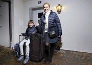 Irina Vasilyeva und Sohn Victor aus Zug sind bereit für die Abreise nach Russland. Ehemann Pawel und Tochter Valentina haben es leider nicht aufs Bild geschafft. (Bild Werner Schelbert)