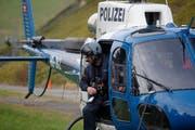 Die Polizei hebt ab für den nächsten Suchflug. (Bild: Geri Holdener, Bote der Urschweiz)
