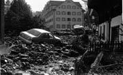 Ein Bild aus dem Dorfzentrum: Autos wurden wie Spielzeuge weggespült. (Archivbild: Josef Reinhard (Sachseln, August 1997))