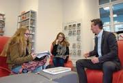 Landammann Beat Jörg im Gespräch mit Kollegischülerinnen am Urner Botschafteranlass «Jugend und Wirtschaft 2016». (Bild: PD)