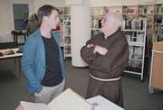 Projektleiter Heinz Nauer spricht mit Kapuziner Hanspeter Betschart. (Bild: Sepp Odermatt (Stans, 13. März 2018))