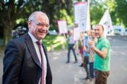 Auf dem Weg ins Zürcher Obergericht säumen Sympatisanten den Weg des Ex-Bankers Rudolf Elmer. (Bild: Keystone / Ennio Leanza)