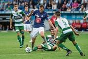 FCL-Profi Pascal Schürpf (Mitte) setzt sich im Cup-Derby gegen den Krienser Fisnik Hasanaj durch. (Bild: Philipp Schmidli (Luzern, 12. August 2017))