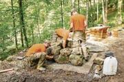 Drei Pioniere errichten die Feuerstelle auf dem Grill- und Rastplatz beim Wanderweg Humligen/Ennetacher in Wolfenschiessen. (Bild: PD)