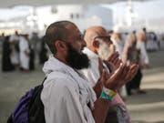 Hadsch-Pilger in Mina bei Mekka, wo sie den Teufel symbolisch steinigen. (Bild: KEYSTONE/AP/MOSA'AB ELSHAMY)