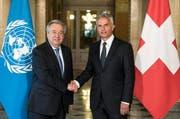 UNO-Generalsekretär Antonio Guterres (links) und Aussenminister Didier Burkhalter bei ihrem Treffen in Bern. (Bild: Peter Schneider / Keystone (Bern, 24. April 2017))