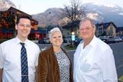 Die beiden neuen Vorstandsmitglieder Sören Schwitzky (links) und Nathalie Hoffmann zusammen mit Gastro-Präsident Urs Emmenegger. (Bild: Kurt Liembd / Neue NZ)