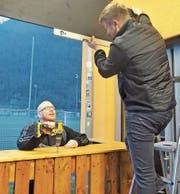 Beizer Jimmy Hollmichel (links) und Betriebsgruppenmitglied Samuel Schibli beim Aufbau der neuen Gartenbeiz. (Bild: Flavia Niederberger (Stans, 13. März 2018))
