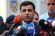 Selahattin Demirtas bei einer öffentlichen Stellungnahme im Jahr 2015. (Archivbild / Keystone)