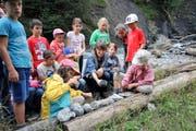 Schüler der Klasse 3b aus Giswil nehmen mit Projektleiterin Stefanie Dillier (Mitte) Töne aus der Natur für die «Ranftsuite» auf. (Bild Marion Wannemacher)