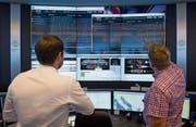 Bildschirme, nichts als Bildschirme: Blick ins Fleet Operations Center, von wo aus die Kreuzfahrtschiffe auf ihrer Reise über die Weltmeere digital begleitet werden. (Bild: PD)