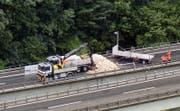 Die Ziegelsteine auf der A4 werden aufgeräumt. (Bild: Helinews.ch)