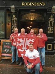Stolze Nidwaldner zeigen in Belfast vor dem Fussballspiel Flagge. Von links: Joseph Niederberger, Hugo Meier, Edi Amstad, Fredy Niederberger. Vorne: André Keiser. (Bild: PD (8. November 2017))