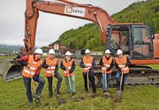 Präsident Cornel Waldvogel (rechts) startet den Bau mit Kantons- und Gemeindevertretern. (Bild Robert Hess)