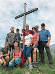 Karin Kayser mit einer Wandergruppe auf dem Bitzistock zu sehen (Etappe 7). Mit dabei ist Regierungsratskollege Josef Niederberger (rechts). (Bild: PD)