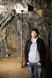 Simon Ledergerber vor seinem Werk «Gigantisches Kleinod» im Innern der Gotthardfestung. (Bild F. X. Brun)