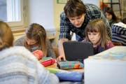 Der Unterricht an den Urner Schulen – hier in Attinghausen – wird immer anspruchsvoller. Daher sollen Klassenlehrer von einer weiteren Lektion entlastet werden. (Symbolbild Florian Arnold)