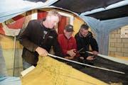 Sie arbeiten am neuen Fasnachtswagen. Von links: Hugo Käslin, Werner von Ah und Beat Käslin. (Bild: Richard Greuter (Beckenried, 31. Januar 2018))