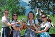 Die Ehrendamen präsentieren den Lebendpreis. (Bild: Marlis Wipfli (Flüelen, 10. Juni 2017))