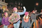 Der glanzvolle, stolze Marsch durch die Strassen von Unteriberg: Wendy Holdener in ihrem Heimatdorf mit Blumenstrauss und viel, viel Emotionen. (Bild: Nadia Schärli (Unteriberg, 21. Februar 2017))