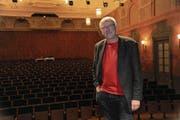Heinz Keller im grossen Saal des Theaters Uri. Der 62-jährige Kulturmanager leitet das Haus seit 17 Jahren. (Bild: Urs Hanhart (Altdorf, 3. 11. 2017))