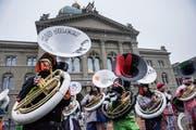 Die versammelten Guggenmusiken veranstalten das traditionelle Monsterkonzert auf dem Bundesplatz am Schluss des grossen Umzugs der Berner Fasnacht, am Samstag in Bern. (Bild: Keystone)