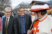 Neu-Ständerat Erich Ettlin (links) und Nationalrat Karl Vogler im Gespräch mit einem Helmibläser. (Bild: Romano Cuonz)