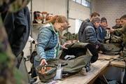 Corinna Goetschi-Hertig gibt ihr Armee-Material ab. (Bild: Corinne Glanzmann (Stans, 6. Dezember 2017))