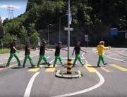 Die Beatles hatten ihre Abbey Road, Horst hat die Lauerzerseestrasse vor dem Barcarola. (Bild: Youtube)