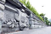 Das Wappen aus Sandstein ist alles, was vom einstigen Hauptsitz der Kirschwasser-Gesellschaft übrig blieb. (Bild Werner Schelbert)