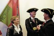 Niklaus Minder und Ehefrau Christine sind das neue Zunftpaar der Frohsinngesellschaft – nach der Ernennung gratuliert Vorstandsmitglied Josef K. Scheuber. (Bild: Richard Greuter (Stans, 8. Dezember 2017))