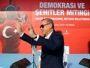 """Der """"Sultan"""", wie Erdogan-Kritiker den türkischen Präsidenten auch nennen, lässt sich am Sonntag von Hunderttausenden in Istanbul feiern. (Bild: KEYSTONE/AP Presidential Press Service/KAYHAN OZER)"""