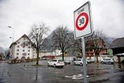 Eine der Tempo-30-Tafeln auf dem Parkplatz vor dem Landsgemeindeplatz in Wil/Oberdorf. (Bild Corinne Glanzmann)