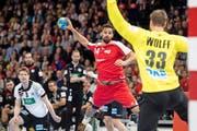 Thun-Topskorer Lukas von Deschwanden (am Ball), hier für das Nationalteam gegen Deutschland im Einsatz. Bild: Ennio Leanza/Keystone (Zürich, 5. November 2016)
