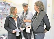 Elia Malevez (von links) mit Esther Christen von der Kulturkommission und Sabine Gebhardt-Fink. (Bild: Romano Cuonz (Stansstad, 8. März 2018))