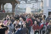 Viele Leute sind am letzten Tag des Jahres bei milden Temperaturen in der Luzerner Altstadt unterwegs. (Bild: Keystone/ Urs Flüeler (Luzern, 31. Dezember 2017))